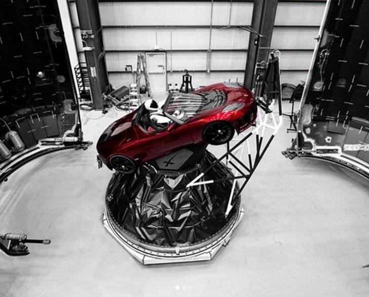 """เผยภาพ """"Red Roadster"""" รถยนต์ไฟฟ้าที่จะถูกส่งขึ้นสู่อวกาศในจรวด """"ฟอลคอน เฮลวี"""""""